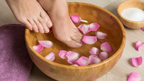 Aprenda a fazer um spa caseiro para os pés