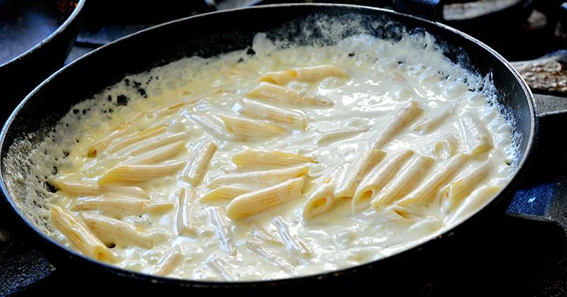 Delicioso pena ao molho de queijo