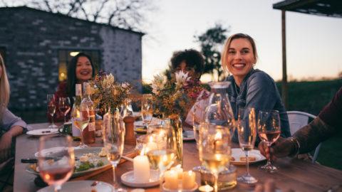 Guia prático para organizar um jantar com os amigos