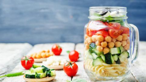 Salada de macarrão no pote