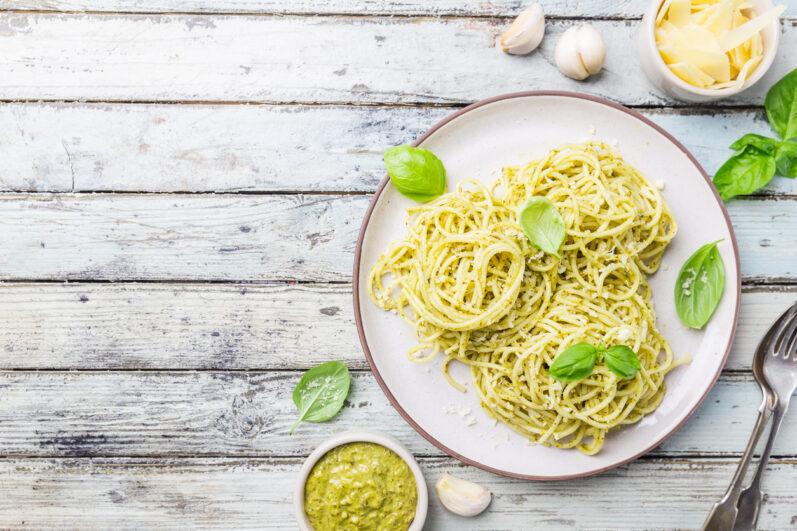 Receitas deliciosas: macarrão alho e óleo e frango com batata assada