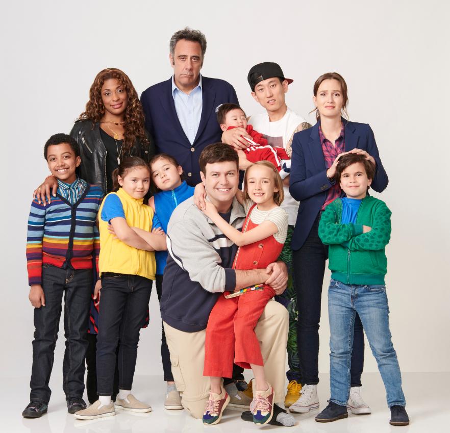 Série Single Parents do Disney+ para curtir com a família comendo biscoitos