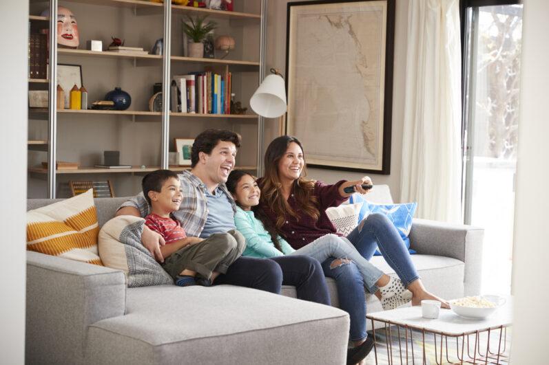 9 séries para ver com a família comendo biscoito